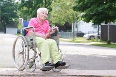 Femme aînée dans le fauteuil roulant Images libres de droits