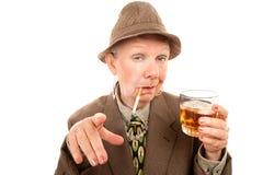 Femme aînée dans le frottement avec la cigarette et l'alcool Photos stock