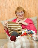 Femme aînée de tricotage Photographie stock libre de droits