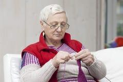 Femme aînée de tricotage Images stock