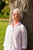 Femme aînée en stationnement Image stock