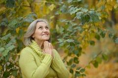 Femme aînée en stationnement d'automne Image libre de droits
