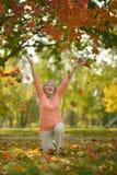 Femme aînée en stationnement d'automne Photographie stock libre de droits