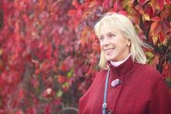 Femme aînée en stationnement d'automne Photographie stock