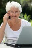 Femme aînée et technologie Photos stock