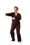 Femme aînée faisant l'exercice de yoga de Chi de Tai Photos libres de droits