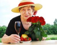 Femme aînée heureuse à l'extérieur Photo libre de droits
