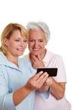 Femme aînée obtenant le smartphone images stock
