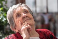 Femme aînée pensive image stock