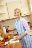 Femme aînée préparant le déjeuner Image stock