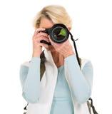 Femme aînée prenant des photos Photo libre de droits
