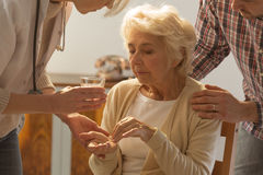 Femme aînée prenant des pillules Image libre de droits