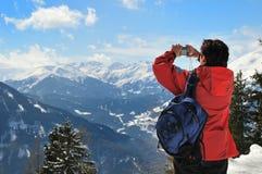 Femme aînée prenant la photo dans l'horizontal de neige Photos libres de droits
