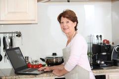 Femme aînée recherchant la recette Photo libre de droits