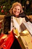 Femme aînée retournant après les achats TR de Noël Photo libre de droits