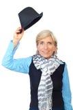 Femme aînée soulevant le chapeau Photographie stock libre de droits