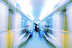 Femme abstraite dans le chariot de métro dans la tache floue photos libres de droits