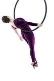 Femme accrochant en anneau aérien, d'isolement sur le blanc Photo stock