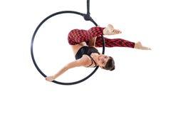 Femme accrochant en anneau aérien, d'isolement sur le blanc Photos libres de droits