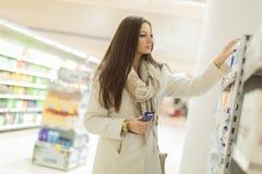 Femme achetant des produits de soin personnel Photographie stock libre de droits