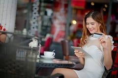 Femme achetant en ligne des vacances avec un ordinateur portable Image libre de droits
