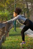 Femme active étirant ses muscles dehors Photographie stock