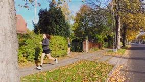 Femme active courant sur la rue