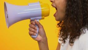 Femme active criant dans le mégaphone, conscience de problème, la parole de démonstration banque de vidéos