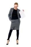 Femme active d'affaires avec une page de papier blanche Photographie stock