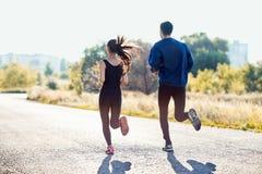 Femme active et homme sportifs pulsant le jour ensoleillé Image stock