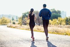 Femme active et homme sportifs pulsant le jour ensoleillé Photos libres de droits