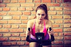 Femme active faisant faire du vélo de sport Photos libres de droits