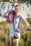 Femme active tenant l'équipement s'élevant Photo libre de droits