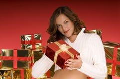 femme actuel de offre de beau Noël photographie stock libre de droits