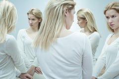 Femme addcited aux médicaments psychotropes photographie stock libre de droits