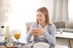 Femme adolescente assez jeune s'asseyant à une table Image libre de droits