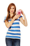 Femme adolescente heureuse tenant la tirelire Photographie stock