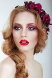 Femme adorable sensuelle avec la tresse et les fleurs Photographie stock libre de droits