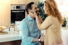 Femme adorable touchant son visage de maris Photo stock