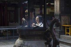 Femme adorant au temple de Chaotien Photo stock