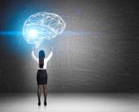 Femme adorant un grand hologramme de cerveau photos libres de droits