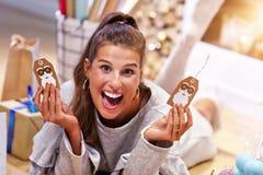 Femme adulte à la maison enveloppant des cadeaux de Noël images stock