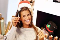 Femme adulte à la maison enveloppant des cadeaux de Noël photographie stock libre de droits