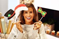 Femme adulte à la maison enveloppant des cadeaux de Noël photos libres de droits