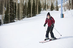 Femme adulte apprenant à skier Photos libres de droits