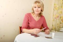 Femme adulte avec des pillules Photographie stock