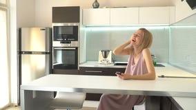 Femme adulte avec le téléphone à la maison clips vidéos