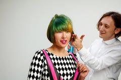 Femme adulte d'apparence d'image au salon de coiffure photo libre de droits