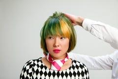 Femme adulte d'apparence d'image au salon de coiffure photographie stock