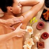 Femme adulte dans le salon de station thermale ayant le massage de corps image stock